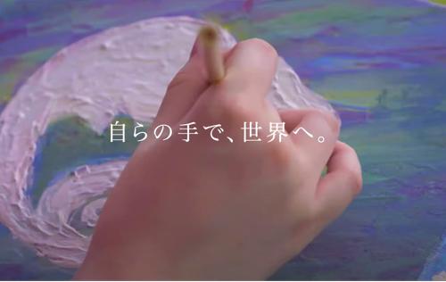 女性がカメレオンの絵を描いている手元